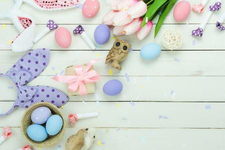 Widok z góry stołu strzał koncepcji tło wakacje Wesołych Świąt Wielkanocnych. Płaskie położyć jaja królicze odmiany z kwiatem na nowoczesne rustykalne białe deski. Skopiować miejsce na kreatywne projektowanie stron internetowych i makiety.
