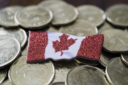 Pièces d'un dollar canadien avec un drapeau canadien