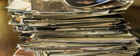 Stack of old photo prints and Memories to be digitized - Banner Panorama Banque d'images