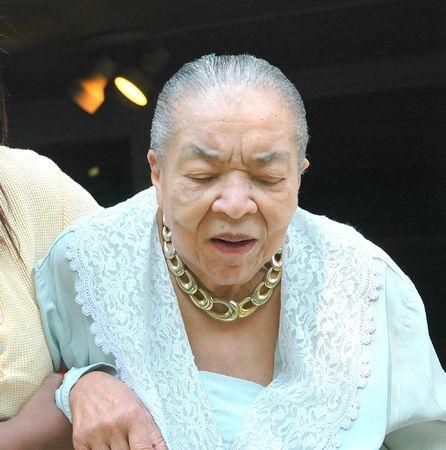 beroerte: Senior burger met haar verzorger.