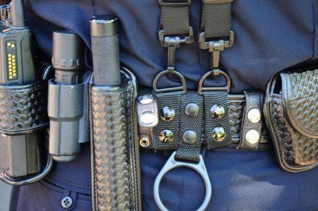 Politieagent het dragen van een gordel vol tuig. Stockfoto