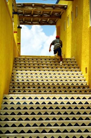 Stairway to heaven with a boy uitgevoerd sommige kleurrijke trap.
