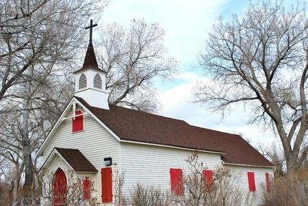 church steeple: Vecchia chiesa di legno in una cornice di paese.