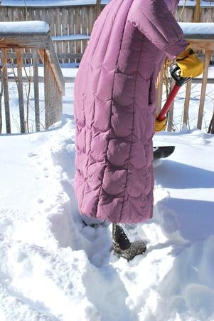 patio deck: Spalare la neve dal ponte Donna patio. Archivio Fotografico