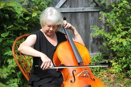 Le violoncelliste Femme effectuant sur ses plein air d'instruments. Banque d'images - 10859323
