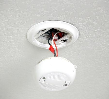 Détecteur de fumée sur le plafond d'une pièce. Banque d'images - 12758289