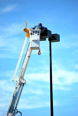 Utility werknemer repareren van een verborgen camera in het winkelcentrum