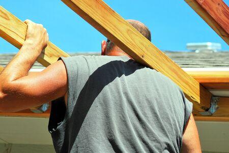 patio deck: Carpenter costruzione di un nuovo ponte oltre patio