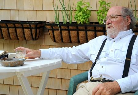 patio deck: Uomo rilassante senior suo mazzo patio.