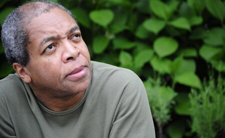 Afrique american male posant à l'extérieur Banque d'images - 18335382