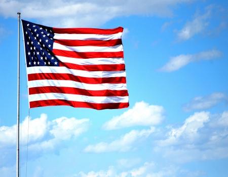 アメリカの国旗が空を高く飛んでいます。 写真素材