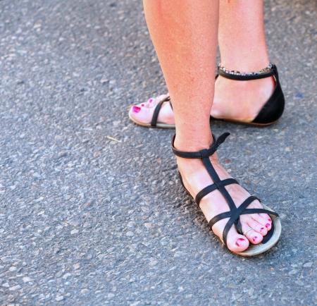 pies sexis: Mujer de pie con los pies hermosos atractivos Foto de archivo