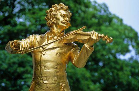 wiedeń: złocony posąg Johanna Stauss w Stadtpark w Wiedniu
