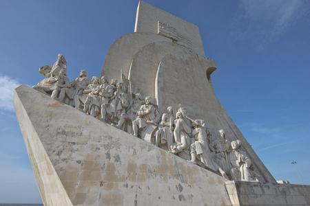 descubridor: Primer plano del Monumento a los Descubrimientos en Lisboa, Portugal. El monumento celebra la Era de los descubrimientos portugueses.