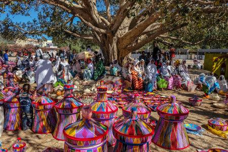 Aksum, Ethiopië - 13 januari: Ethiopische vrouwen die manden verkopen op de Aksum-mandmarkt op 13 januari 2018 in Aksum, Ethiopië.