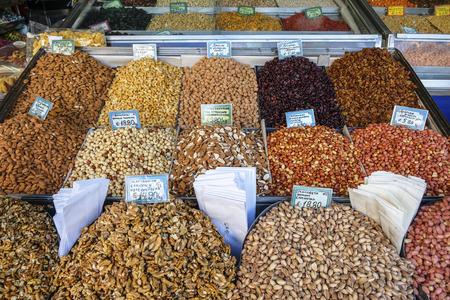 ギリシャ語で書かれた価格記号と市場での販売のためのナッツの盛り合わせ。アテネギリシャ。