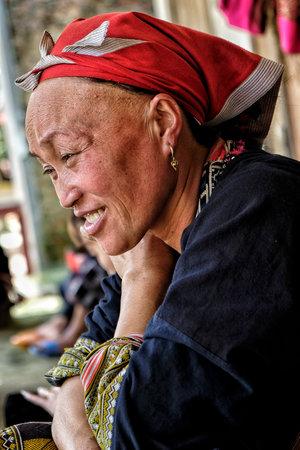 Ta Phin, Vietnam - 24 août : Red Dao femmes cousant dans le village le 24 août 2018 à Ta Phin. Les Dao rouges sont une minorité chinoise au Vietnam.
