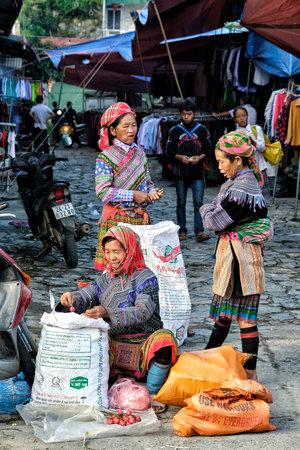 Bac Ha, Vietnam - 26 août : Vendeuse de femmes de la tribu indigène Hmong sur le marché local le 26 août 2018 à Bac Ha, Vietnam. Éditoriale