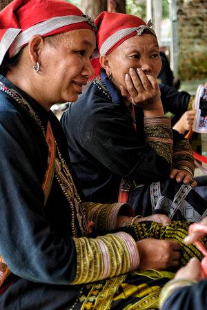 Ta Phin, Vietnam - 24 août : Red Dao femmes cousant dans le village le 24 août 2018 à Ta Phin. Les Dao rouges sont une minorité chinoise au Vietnam. Éditoriale