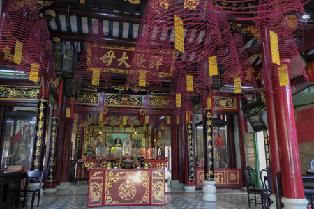 Interior of the Hoa Van Le Nghia Temple in Hoi An, Vietnam. Redakční
