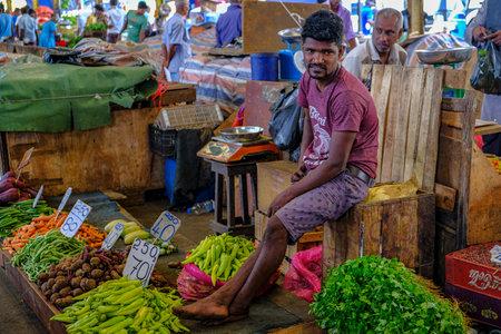 Colombo, Sri Lanka - februari 2020: Een man die groenten verkoopt op de Colombo-markt op 4 februari 2020 in Colombo, Sri Lanka. Redactioneel