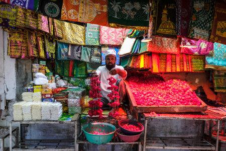 Delhi, India - August 2021: Flower vendor near the Dargah Hazrat Nizamuddin marble shrine is dedicated to the Sufi Muslim saint Nizamuddin Auliya on August 7, 2021 in Delhi, India. Éditoriale