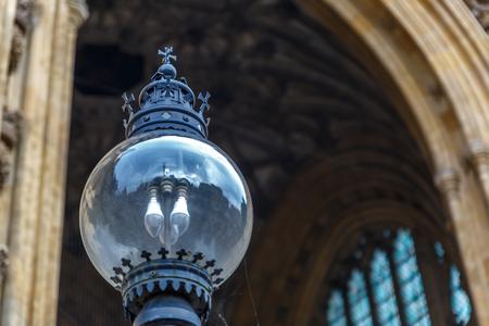 유명한 웨스트 민스터 사원, 런던, 영국의 앞에 아름 다운 램프의 근접 스톡 콘텐츠