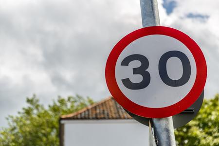 Señal de velocidad máxima de 30 millas por hora, Reino Unido Foto de archivo