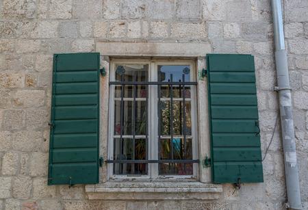 Schönes grünes Fenster eines alten und typisch italienischen Steinhauses