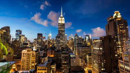 ambiente: NEW YORK - AUGUST 23: View to Midtown Manhattan with the famous Empire State Building at sunset on August 23, 2015. This view is from the rooftop of the 230-fifth Bar. Editorial