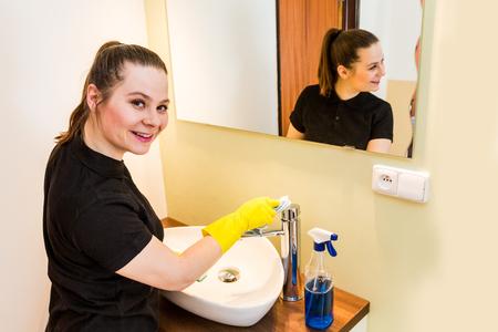 keeping room: Member of housekeeping staff at work in bathroom Stock Photo