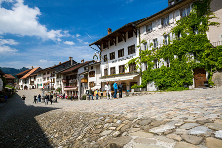schweiz: GRUYERES, SWITZERLAND - MAY 23, 2015: View of the historical town Gruyeres in the canton of Fribourg, Switzerland on May 23, 2015. Gruyere is a famous tourist destination and also know for its cheese.
