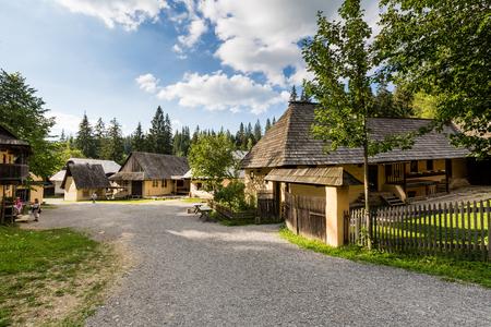 ZUBEREC, SLOVACCHIA - 2 AGOSTO 2016: Veduta del villaggio museo Brestova a Zuberec il 2 agosto 2016. Si tratta di un villaggio di ricostruzione artificiale della tradizione slovacca e popolare dal turista in Slovacchia.