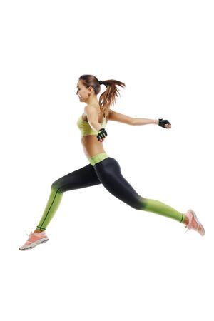 Laufender Athlet auf weißem Hintergrund, Sprung zur Ziellinie, fliegendes Mädchen Standard-Bild