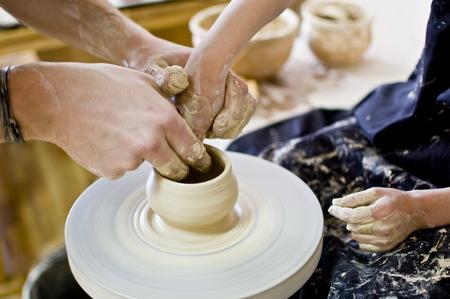 crafting: adulto y ni�o elaboraci�n olla Foto de archivo