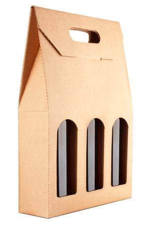 carton: kartonnen verpakking met drie flessen wijn geïsoleerd op witte achtergrond