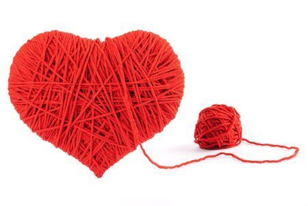 hilo rojo: Corazón rojo símbolo de la forma de lana aislados sobre fondo blanco