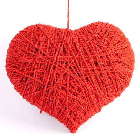 gomitoli di lana: Red forma di simbolo del cuore a base di lana isolato su sfondo bianco