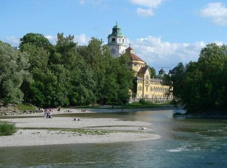 waterside: Waterside of the river Isar in Munich
