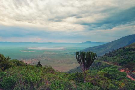 Vista panorámica desde el borde del cráter de Ngorongoro, Tanzania Foto de archivo - 35741044