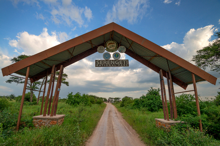 SERENGETI, TANZANIA - CIRCA JANUARY 2015: Entrance gate of famous Serengeti national park in Tanzania. Serengeti is known for enormous variety of rare African animals Redactioneel