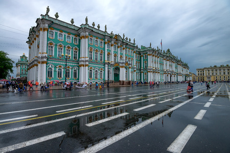 palacio ruso: SAINT PETERSBURG - CIRCA JUNE 2015:  Winter Palace in June 2015 in Saint Petersburg, Russia. This place is the official residence of the Russian monarchs and houses Hermitage, the most known Russian museum. Editorial