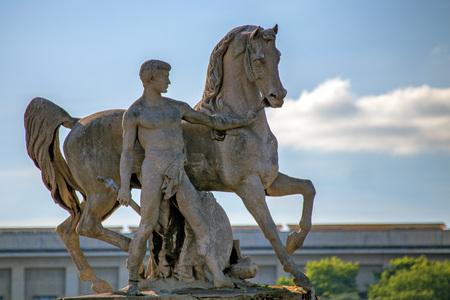 uomo a cavallo: Scultura in pietra del cavaliere franco a Parigi, Francia