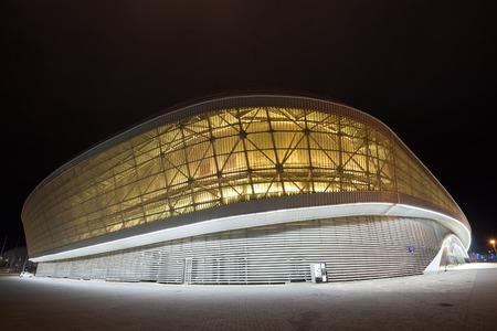Sochi, Rusia - CIRCA marzo de 2015: Adler-Arena es uno de los objetos olímpicos de los Juegos Olímpicos de Invierno de 2014 año y ubicado en el parque olímpico de Sochi. Ahora se utiliza como academia de tenis