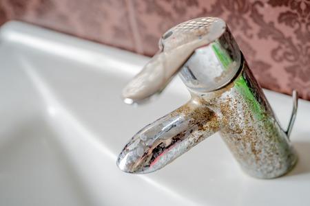 Dépôt de calcium d'eau dure sur robinet chromé