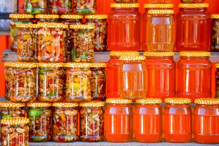 ロシア市場で蜂蜜の別の種類の鍋