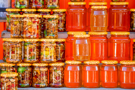 Pots with different sorts of honey in Russian marketplace Stockfoto