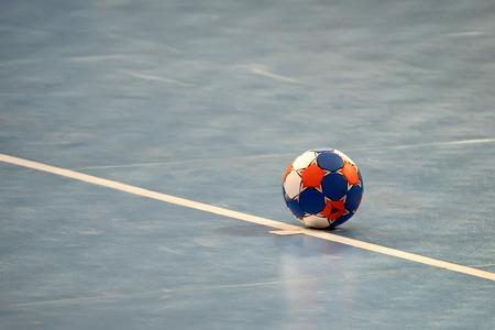 Moderna balón de balonmano de color en campo azul Foto de archivo - 66545904