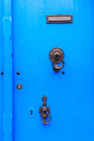 caoba: Antiguo bronce manejar en puerta de madera vieja