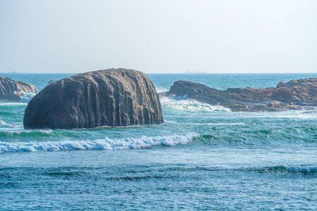mare agitato: Waves crushing into the rocks